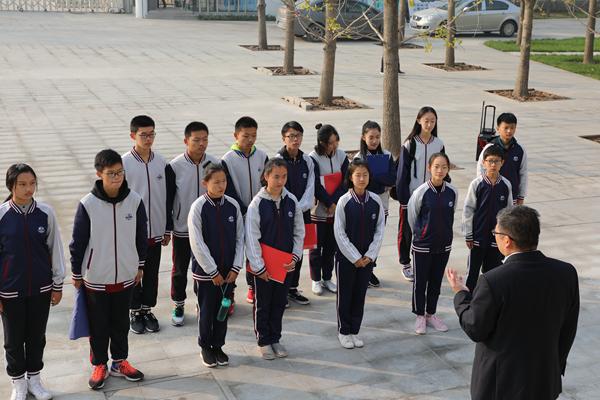 10月28日,潍坊瀚声国际学校学生志愿者团队走进潍坊鹤祥安养中心,与中